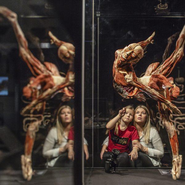 Impression (DT) – Mother and child with ballet dancer